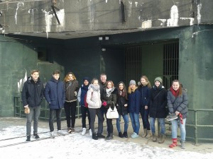 Gruppenbild vor Bunker