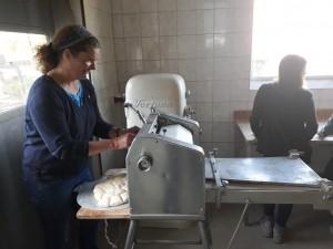 Frau Kröger an Teigmaschine