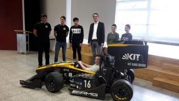 Ein Rennwagen in der Aula des DBG  - Karlsruher Studenten stellten Zehntklässlern ihr Technikstudium vor