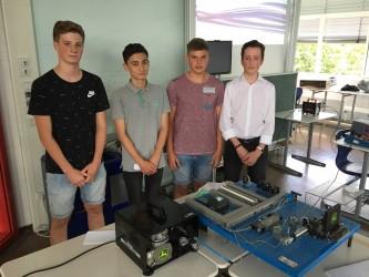 """Ein digitaler Wegweiser zeigt den Weg zum Sekretariat - Im DBG-Seminarkurs """"Schüler-Ingenieure"""" bauten die Elftklässler Industrieprodukte"""