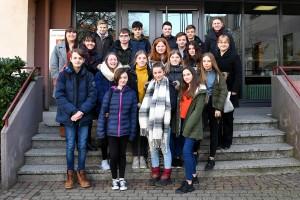 Die englischen Austauschschüler aus Coggeshall in Essex statteten mit ihren Lehrkräften und den begleitenden Lehrern des Dietrich-Bonhoeffer-Gymnasiums auch Bürgermeisterin Patricia Rebmann (Mittlere Reihe rechts) im Rathaus einen Besuch ab.