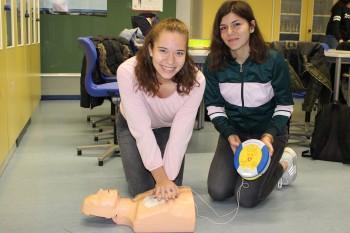 Bei Herzstillstand schnell helfen  - Die Björn Steiger Stiftung schenkte dem DBG einen Defibrillator