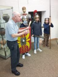 Exkursion der Lateinschüler der 7. Klassen ins Römermuseum Stettfeld
