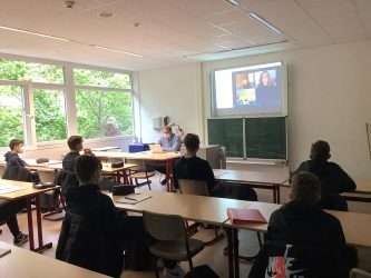 Woche der Meinungsfreiheit am DBG - Gerichtskorrespondentin Sarah Maria Brech im Unterricht der neunten Klassen